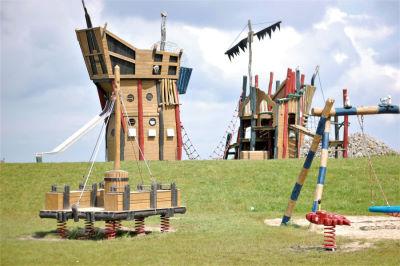 Spielplatz mit Piratenschiff auf der Leuchtturmwiese